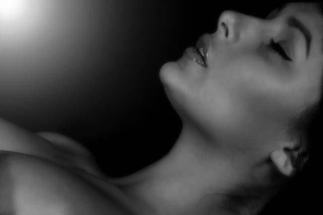 xxxitaliane - negazione orgasmo - donna presa dal piacere in bianco e nero